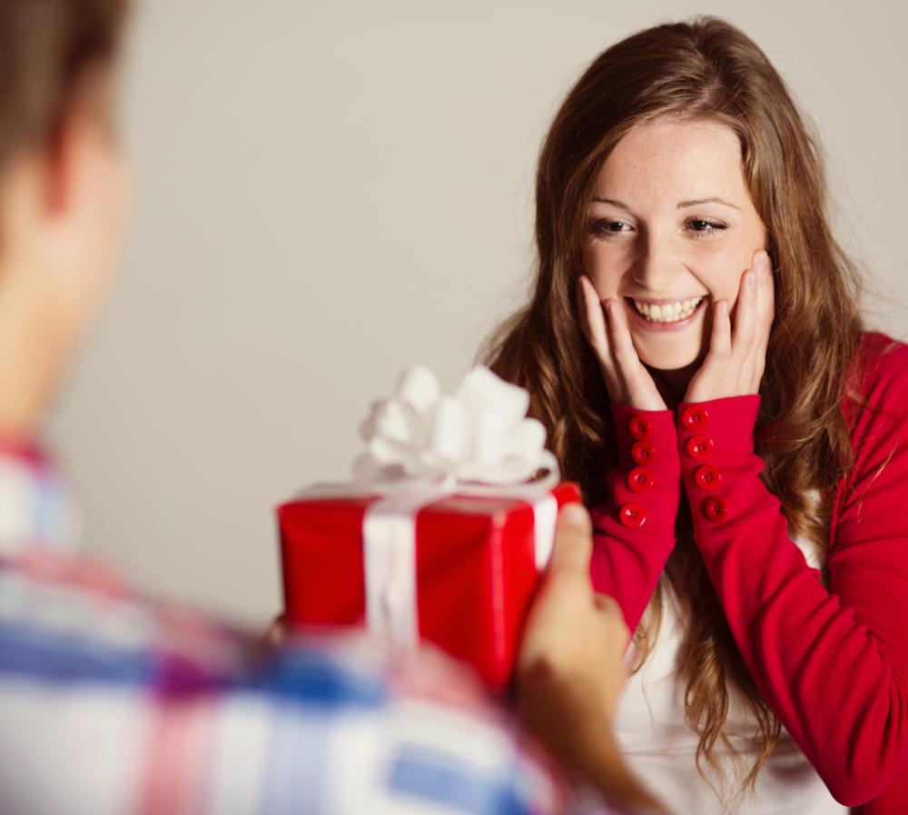 Девушки как дети любят подарки 58