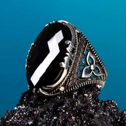 Anı Yüzük - Fasetalı Siyah Zirkon Taş Kılıç Figürlü Gümüş Erkek Yüzük